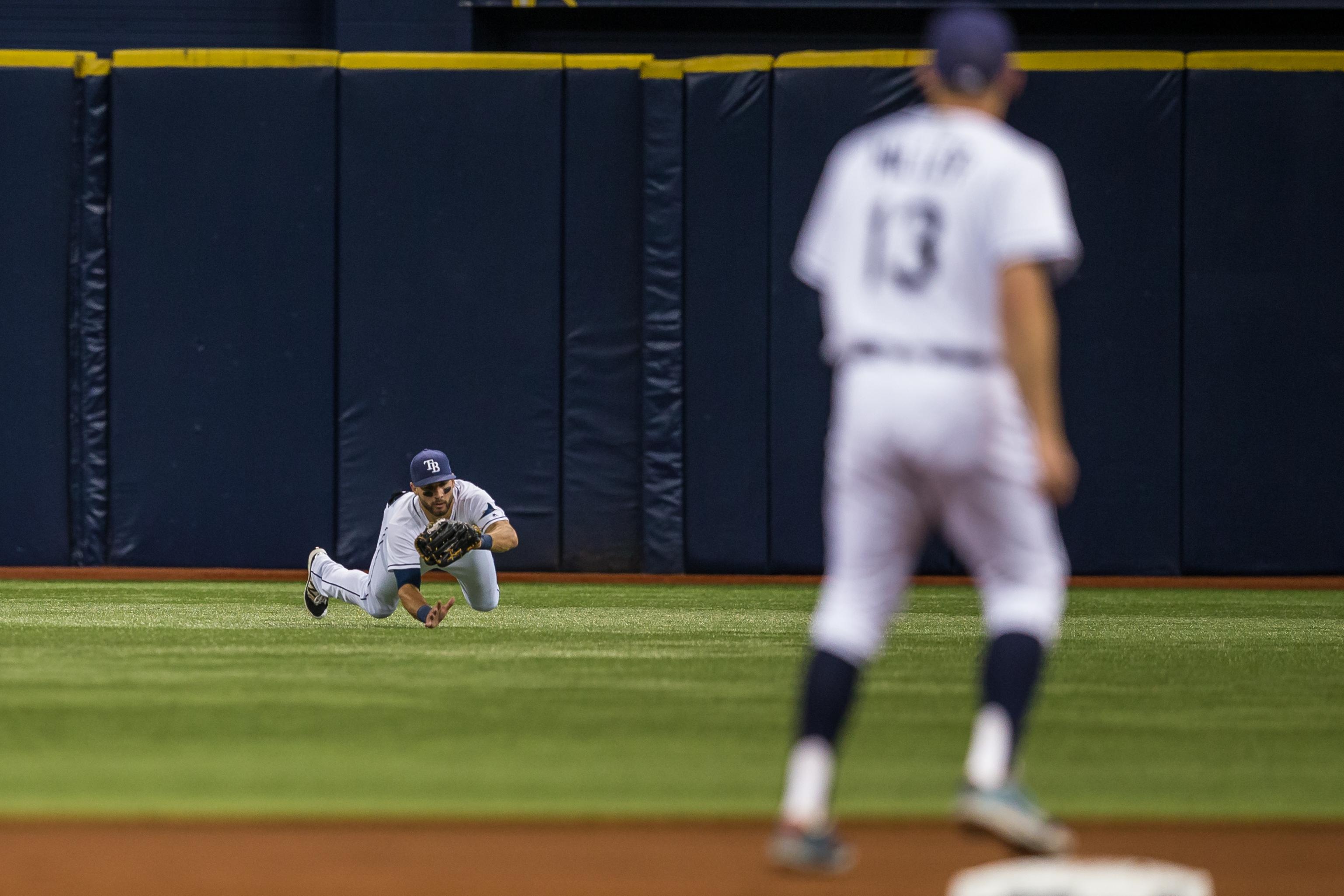 Rays' centerfielder Kevin Kiermaier leaves his feet to make a catch./TRAVIS PENDERGRASS
