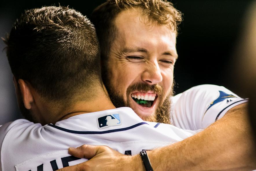 Souza embraces Kiermaier after hitting two home runs./CARMEN MANDATO