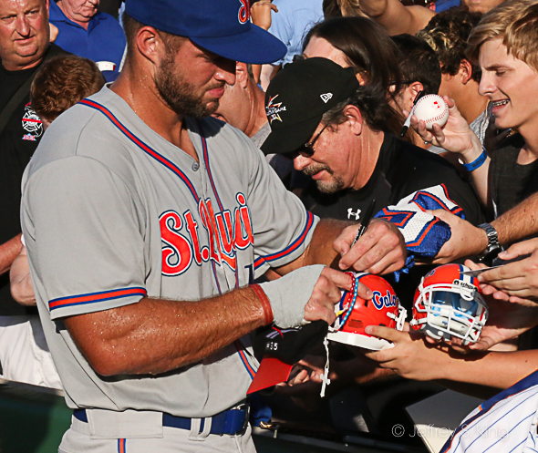 Fans line up to get a signature from Tebow./JEFFREY S KING