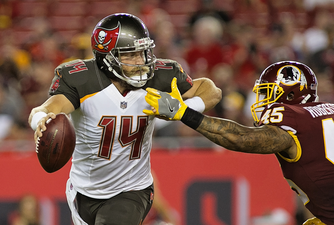 Fitzpatrick avoids a sack against Redskins./CARMEN MANDATO