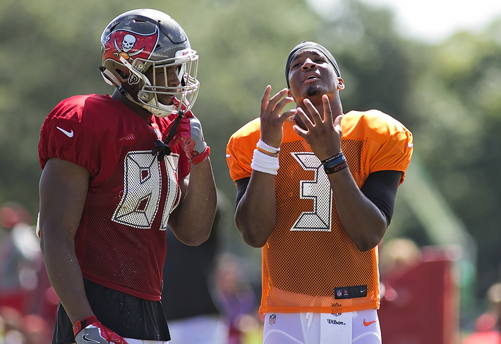 Jameis Winston compares catching techniques with O.J. Howard./CARMEN MANDATO