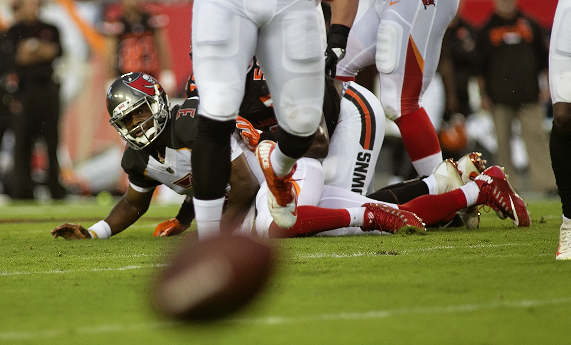 Winston throws the ball away against Browns./CARMEN MANDATO