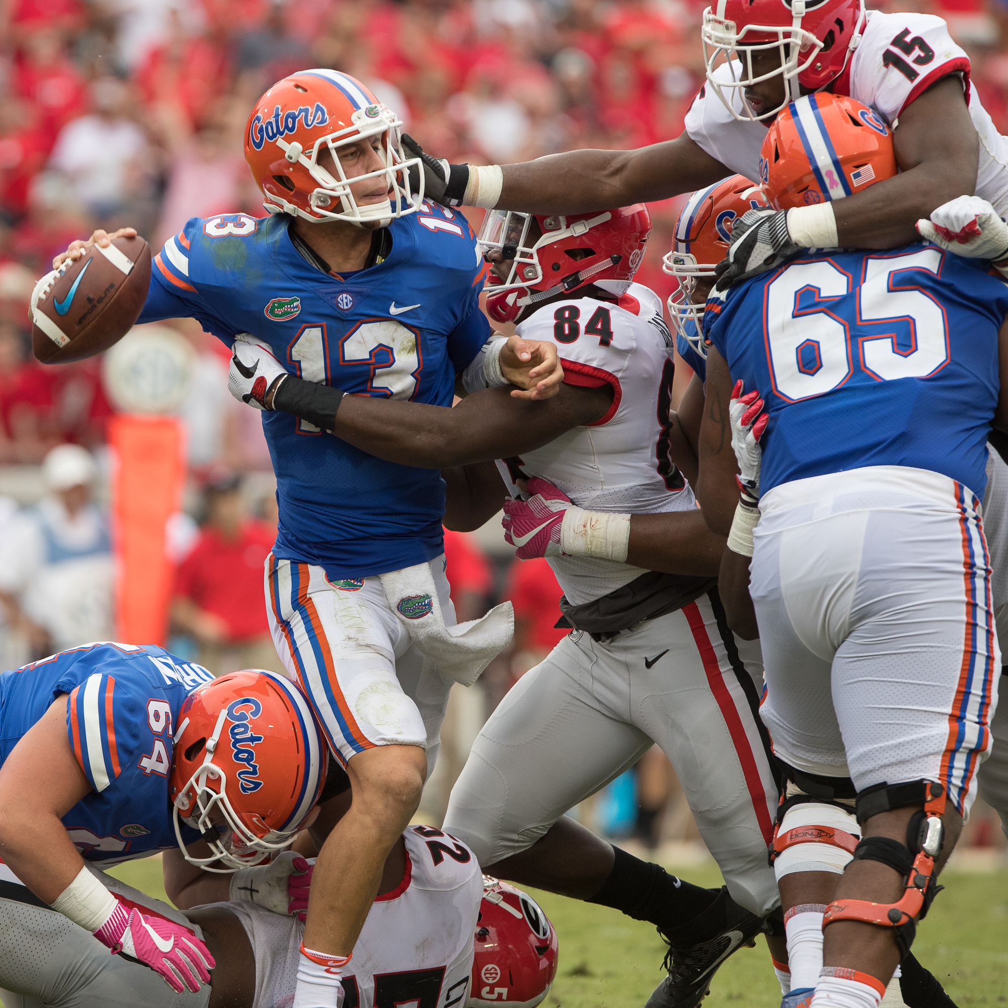 Feleipe Franks looks for somewhere to throw as the Georgia defense attacks./STEVEN MUNCIE