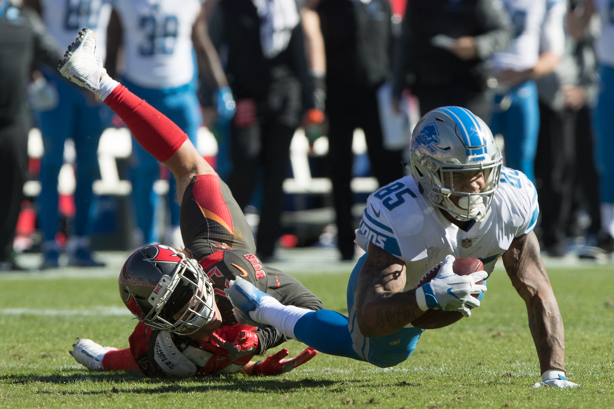 Chris Conte stops Ebron's progression down field./STEVEN MUNCIE