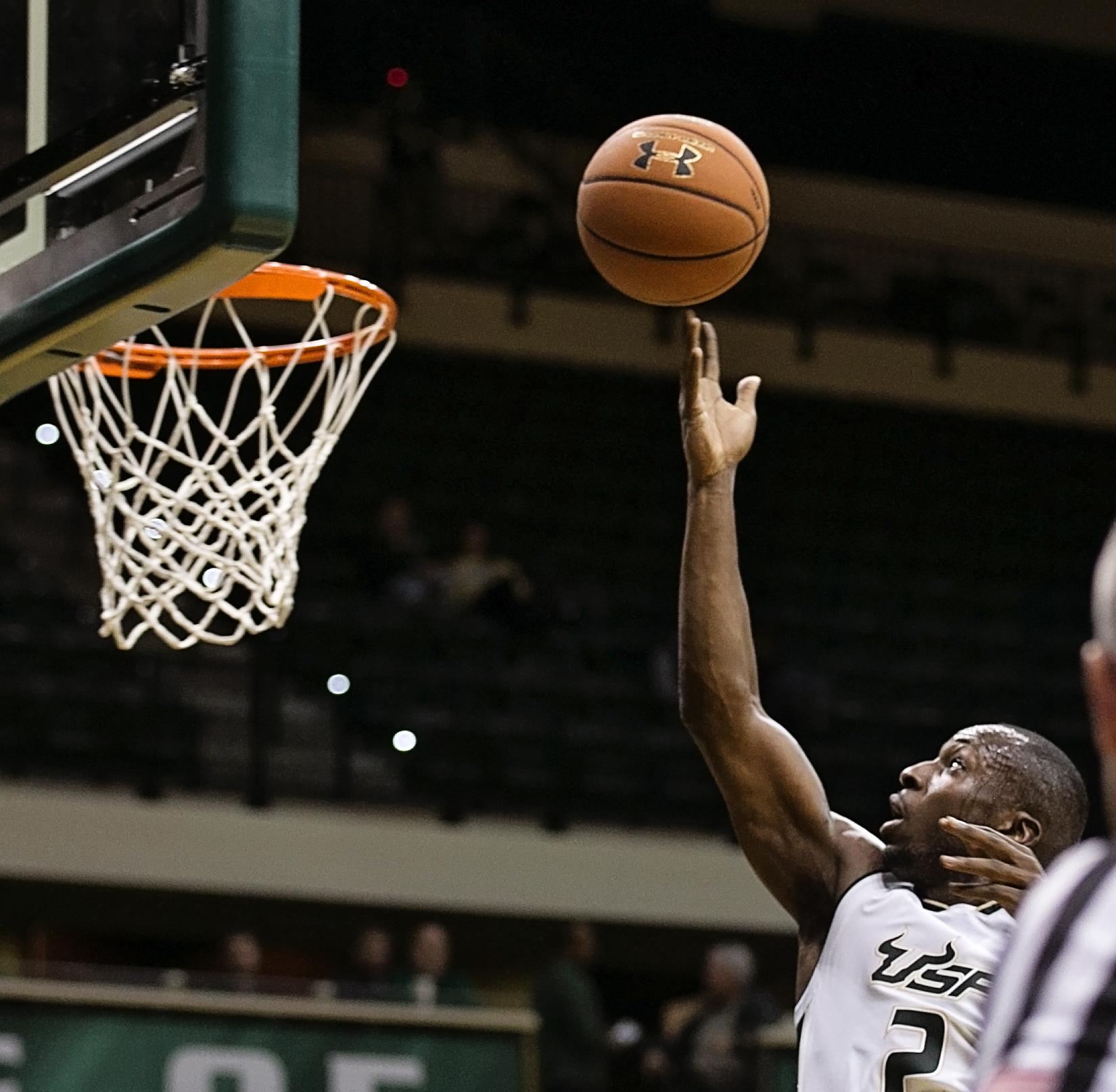 Terrence Samual lays in a basket for the Bulls./CARMEN MANDATO