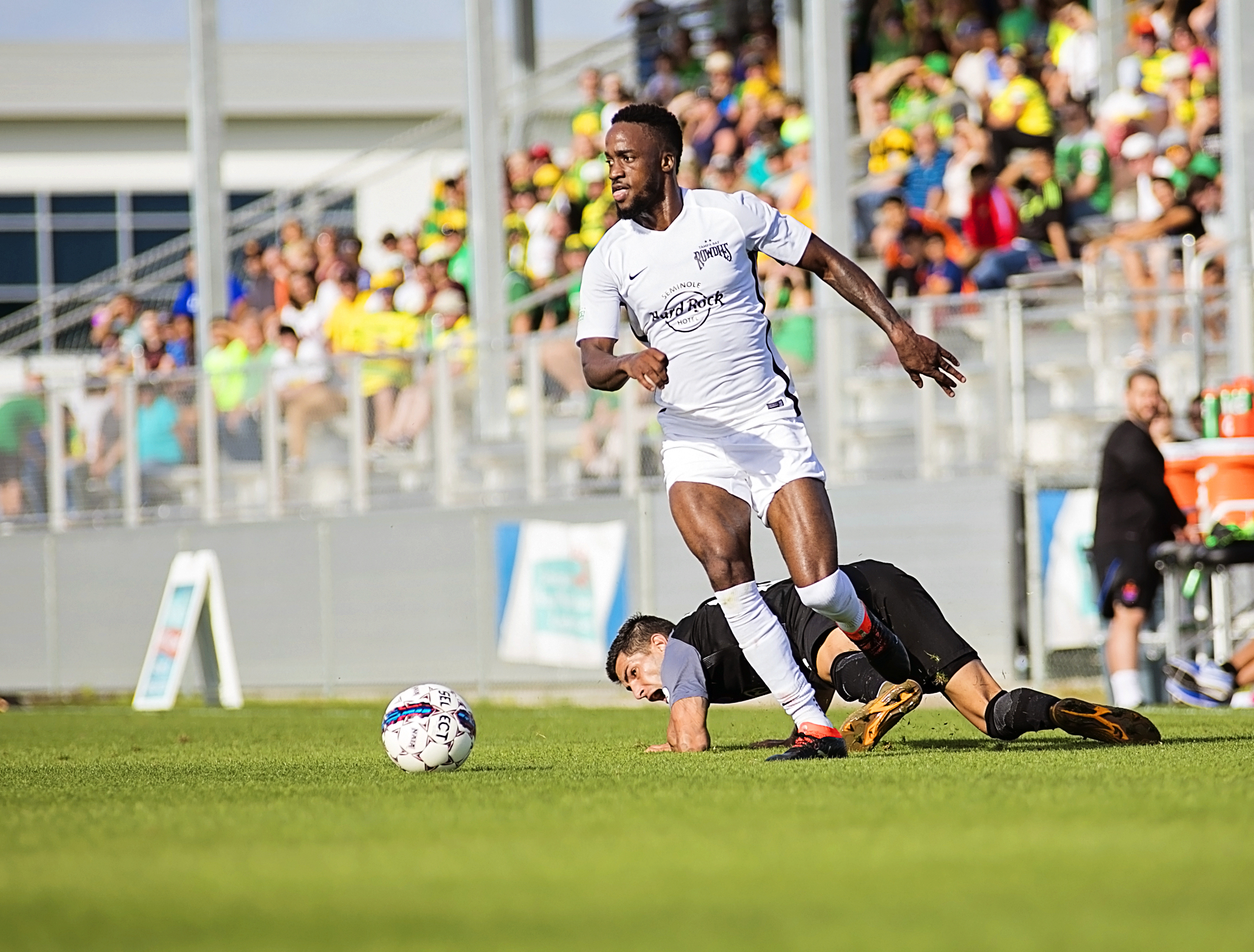 Junior Fellings heads upfield for the Rowdies./CARMEN MANDATO