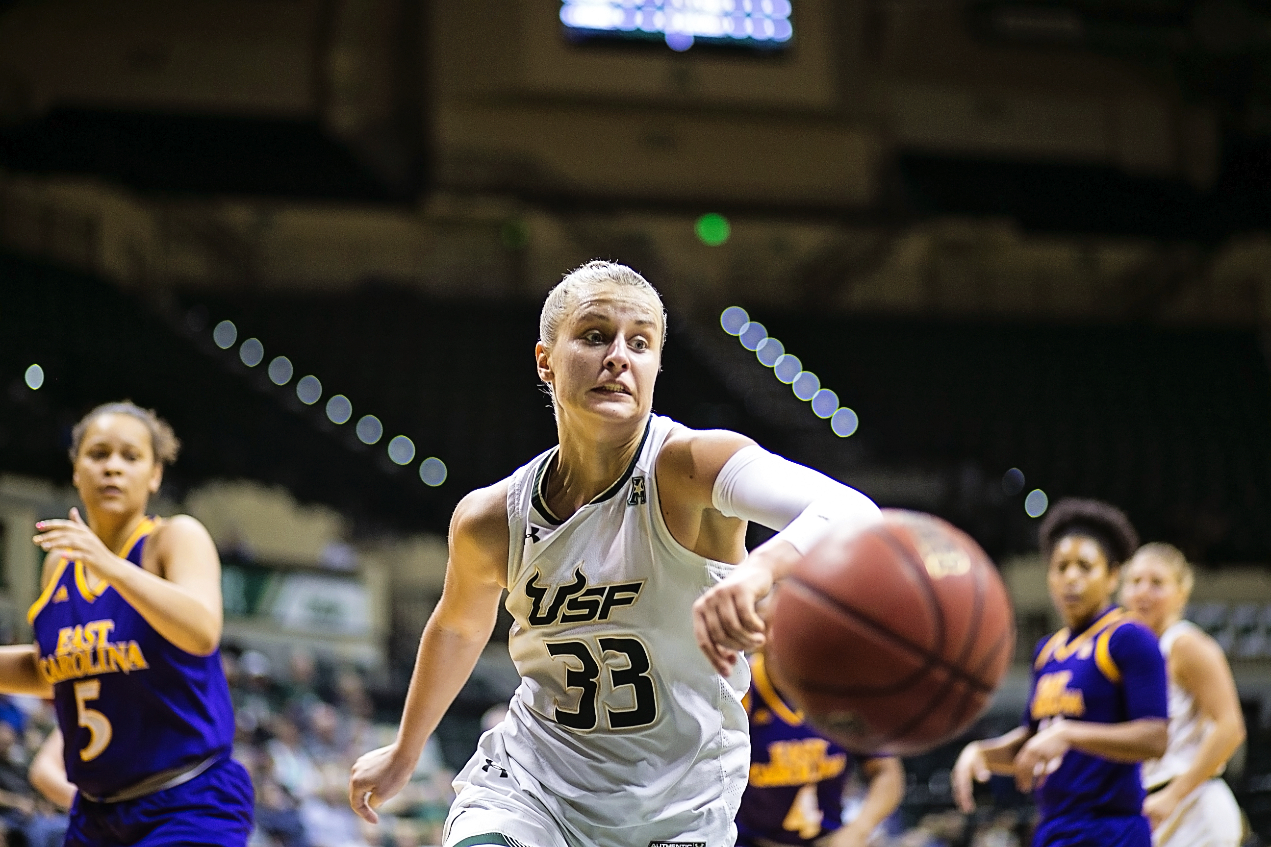 Laksa hustles for a loose ball in USF win./CARMEN MANDATO