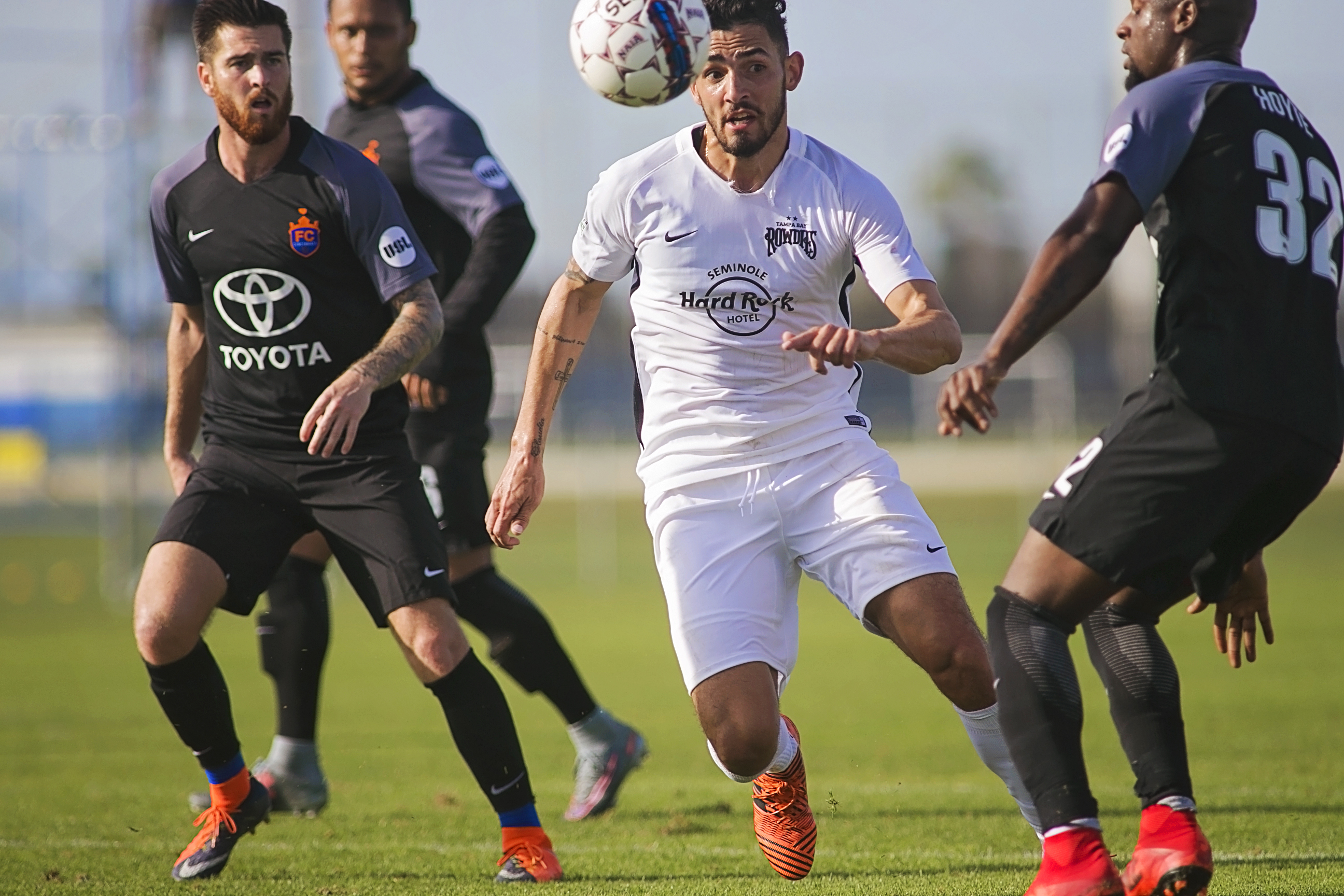 Leo Fernandez chases the ball in Rowdies' loss./CARMEN MANDATO