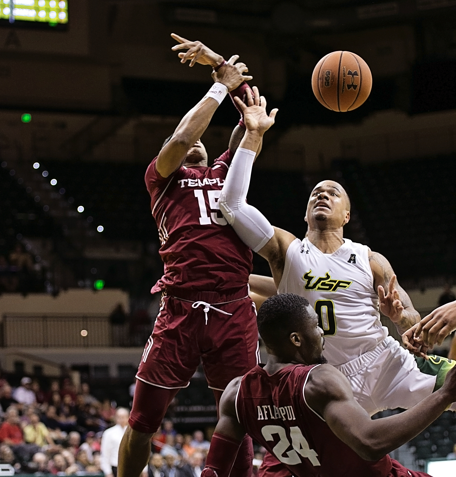 Jiggetts tries to drive to the basket./CARMEN MANDATO