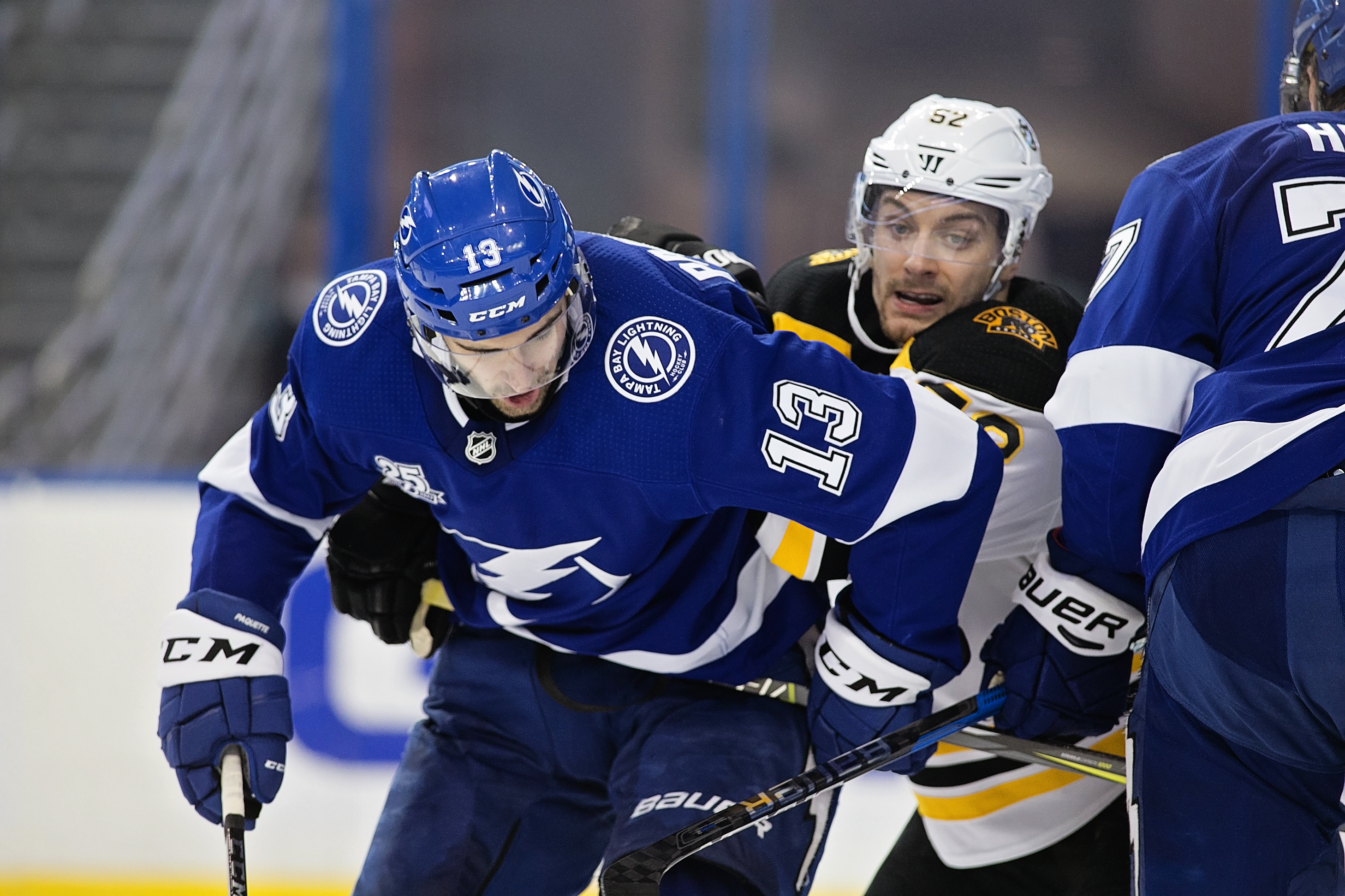 Paquette fights for space in Lightning loss./CARMEN MANDATO
