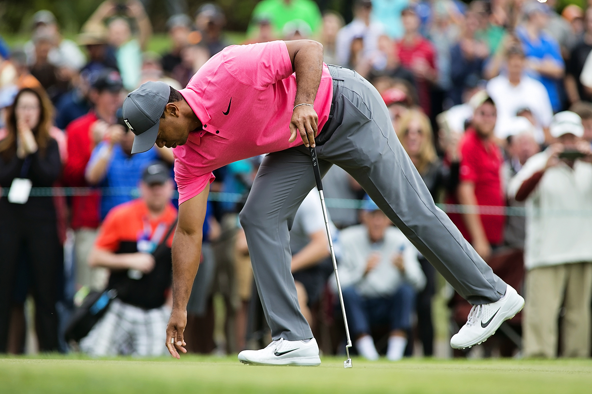 Tiger has one round to go and he's in the hunt./CARMEN MANDATO
