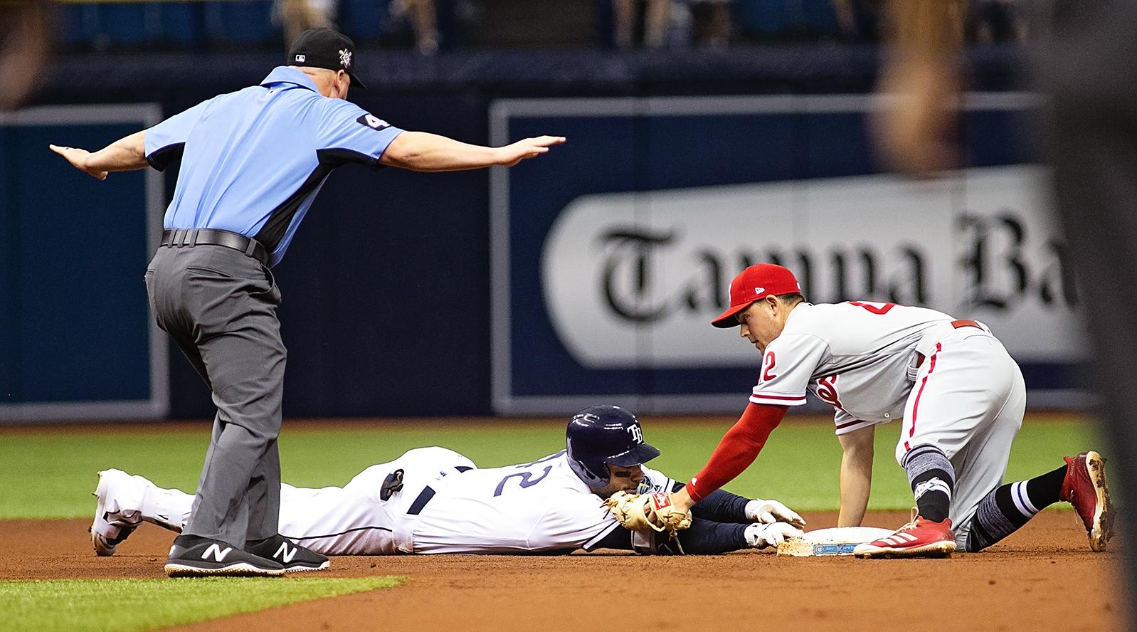 Kiermaier injured his thumb as he took second base./CARMEN MANDATO