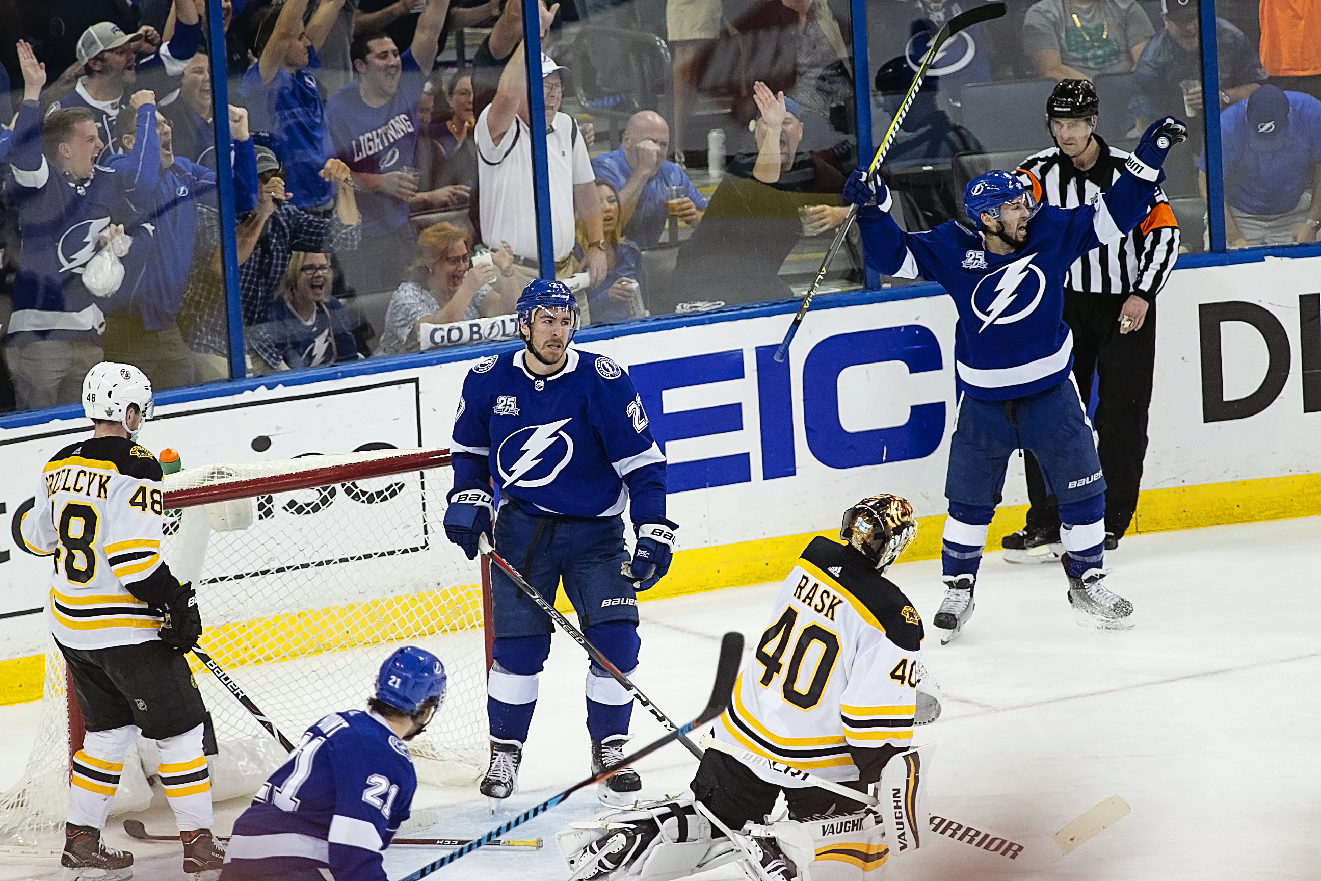 Tyler Johnson raises his arms after scoring./CARMEN MANDATO
