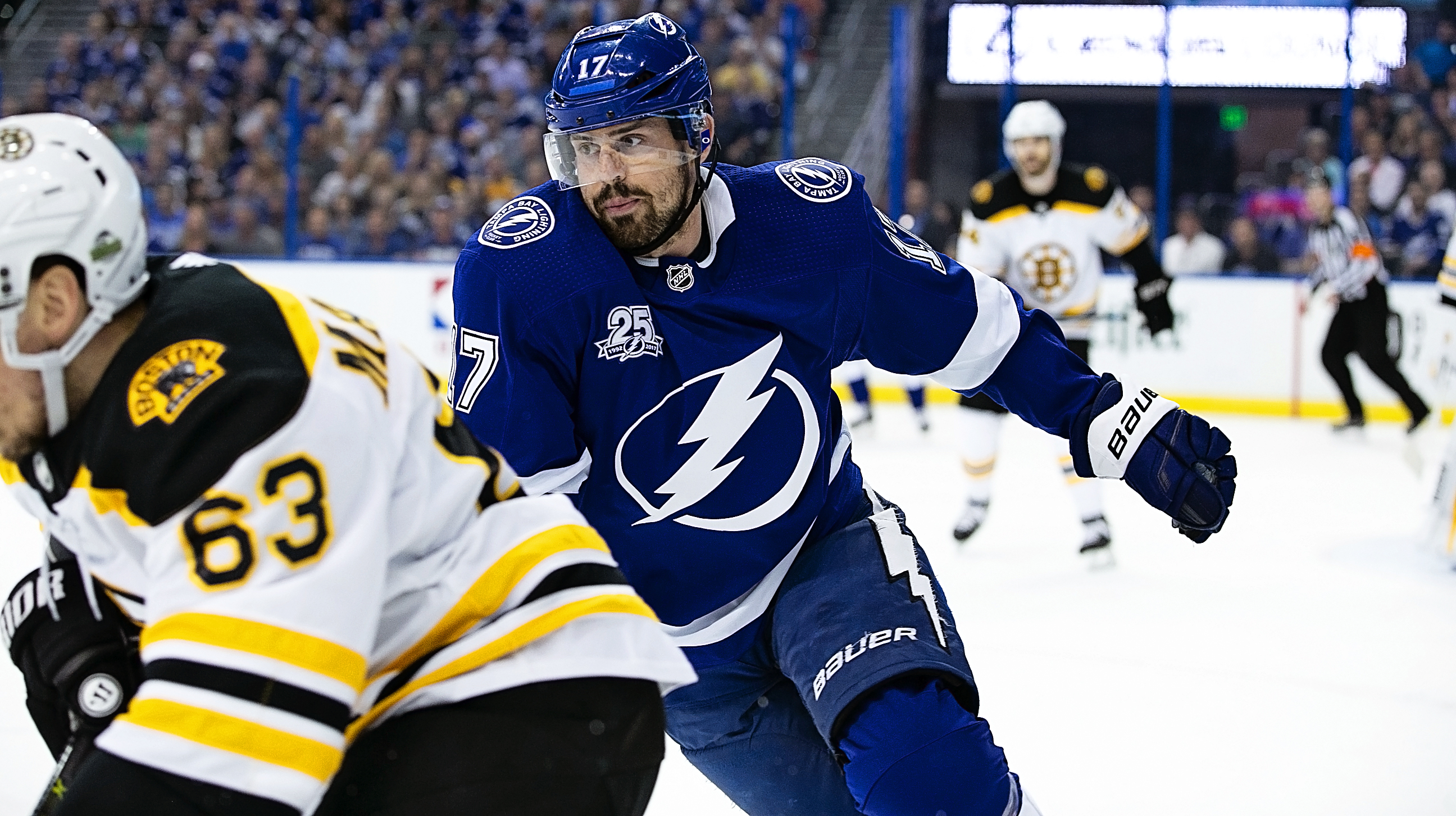 Killorn battles for position./CARMEN MANDATO
