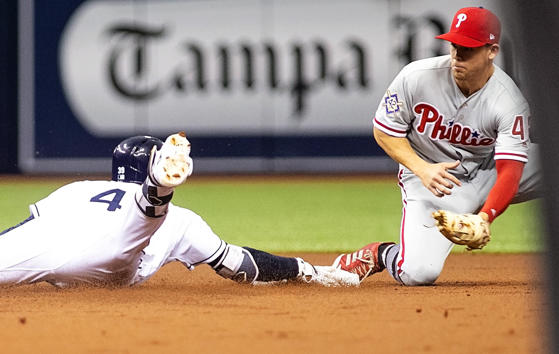 Rays' centerfielder Kevin Kiermaier takes an extra base on a bobble./CARMEN MANDATO