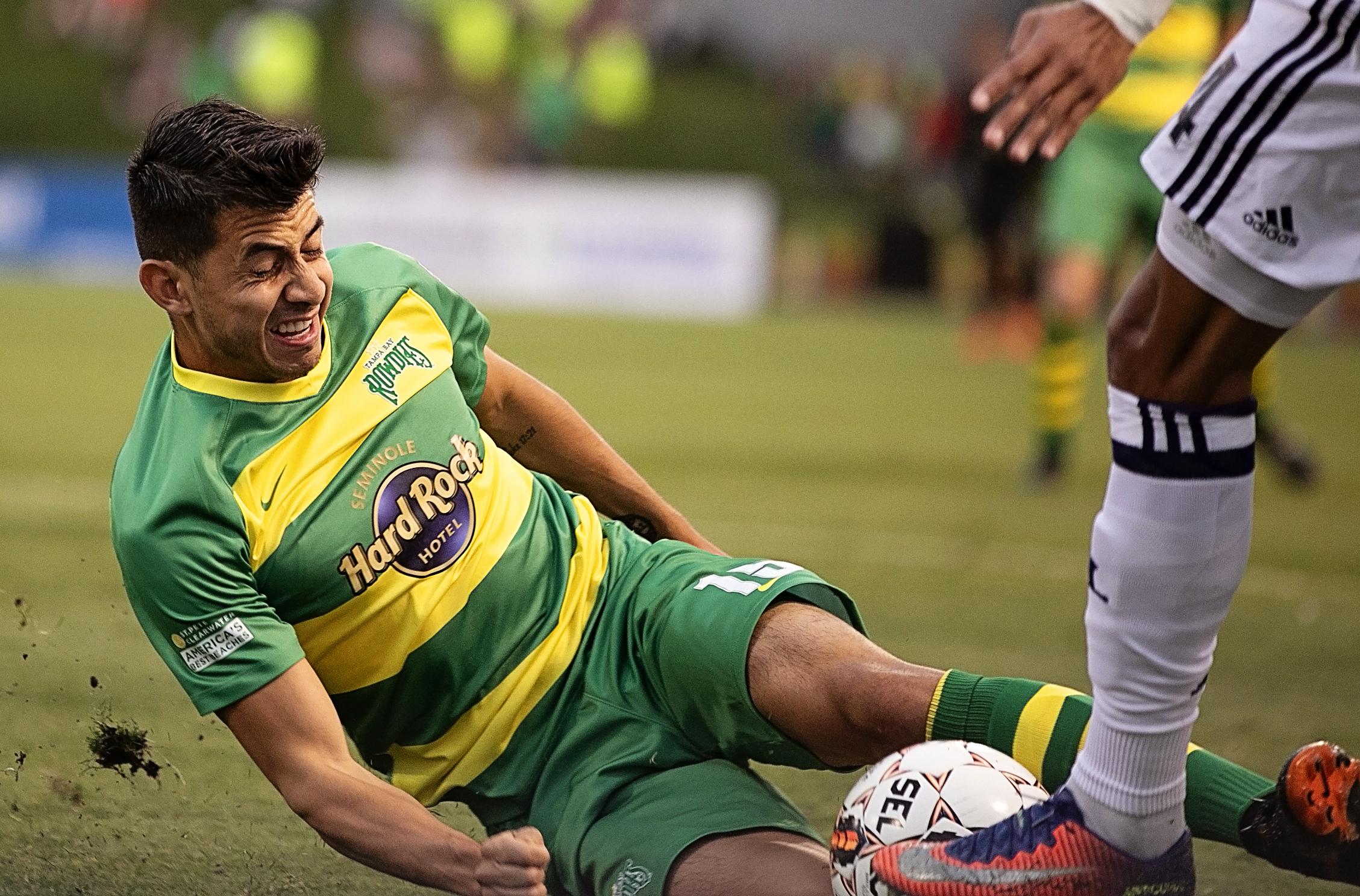 Zac Portillas attempts a slide tackle./CARMEN MANDATO