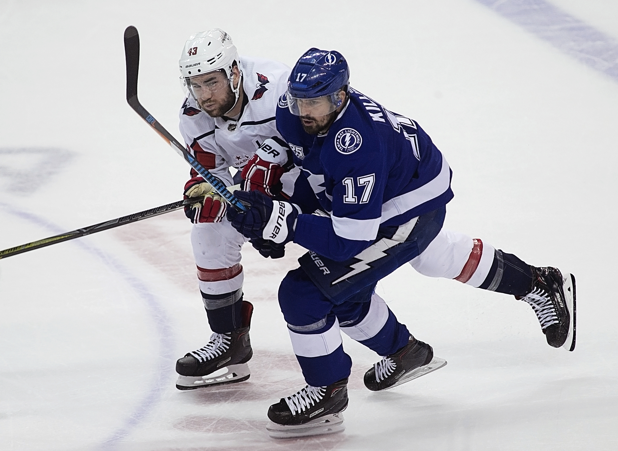 Alex Killorn mixes it up with Tom Wilson./CARMEN MANDATO