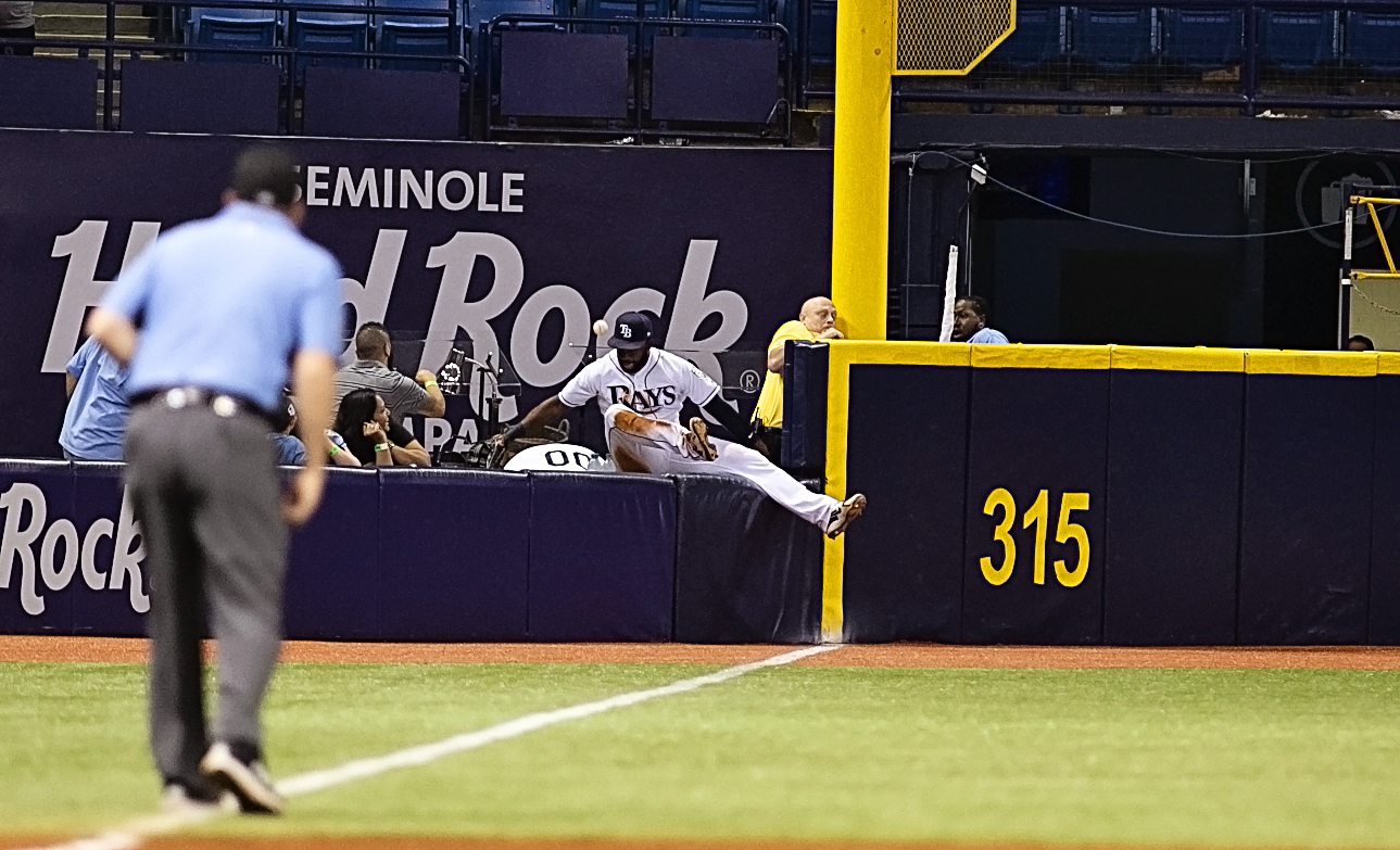 Span goes over the wall trying to make a catch./CARMEN MANDATO
