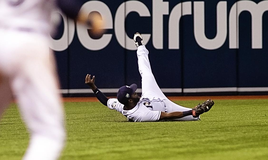 Span flops again to make a catch./CARMEN MANDATO