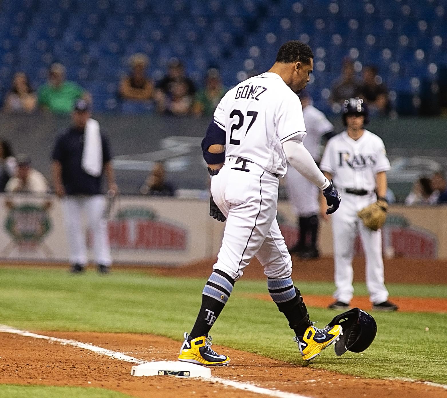 Gomez kicks his helmet in frustration./CARMEN MANDATO