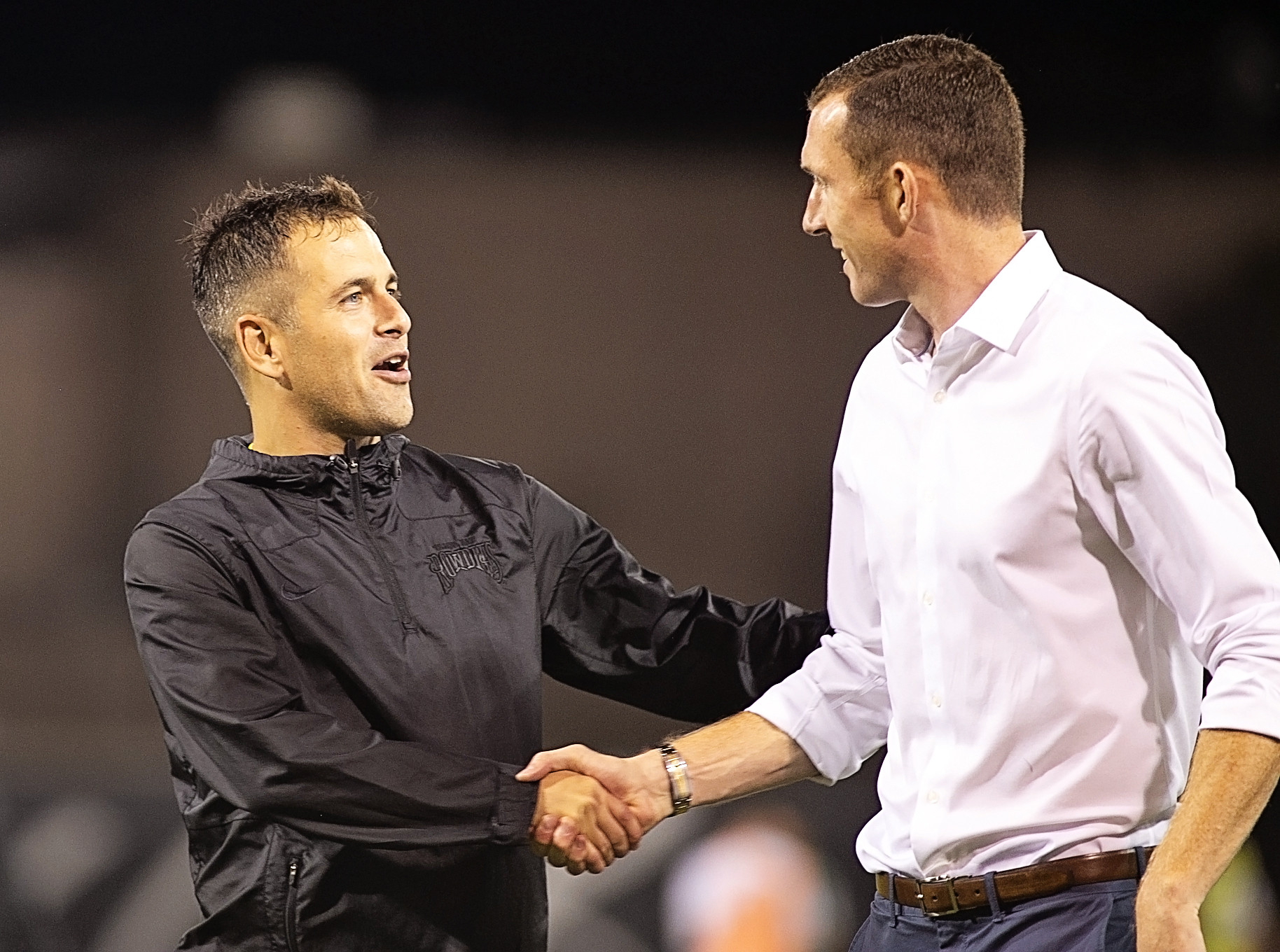 Joe Cole congratulates new coach Neill Collins./CARMEN MANDATO
